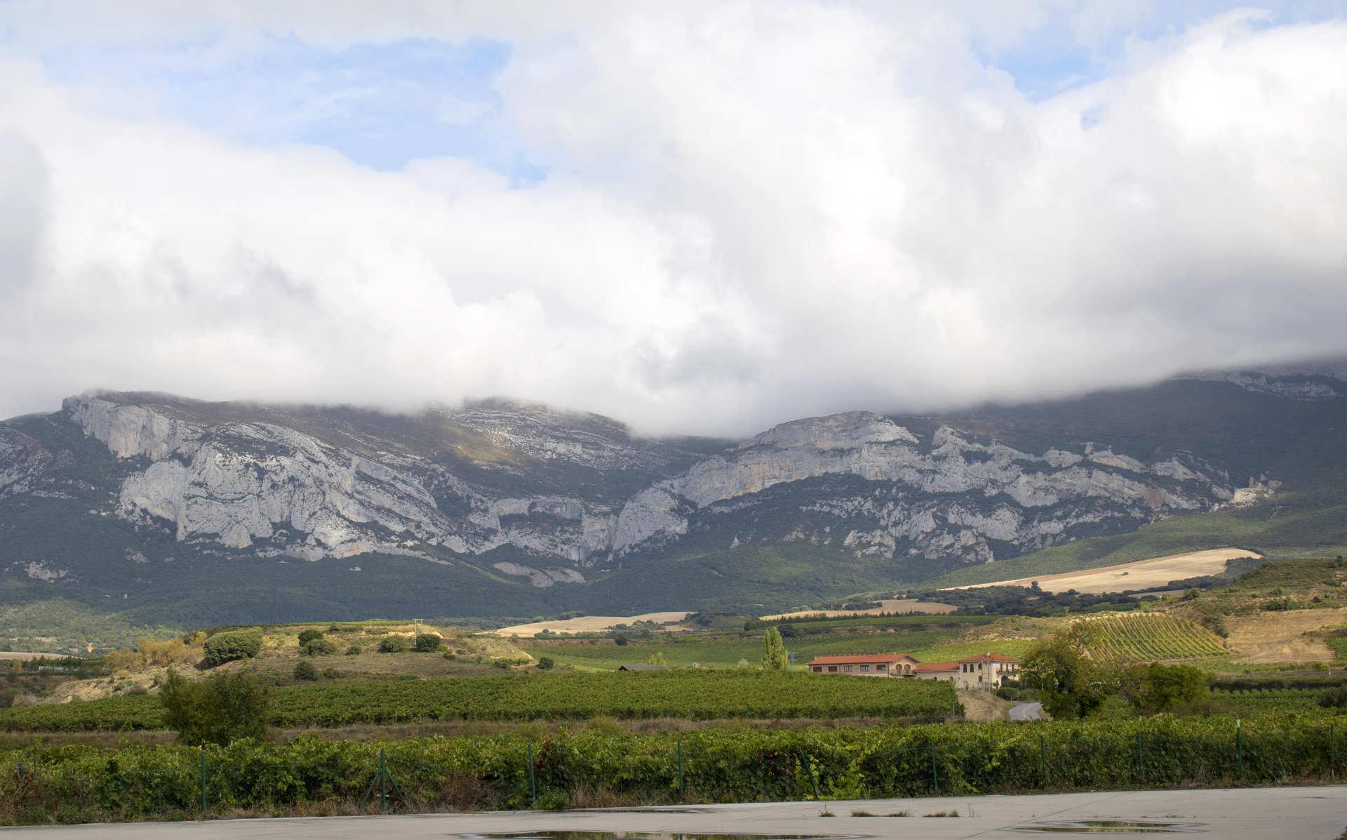Efecto Fohen. Vistas de la sierra de Cantabria desde las bodegas Solar de Ayala